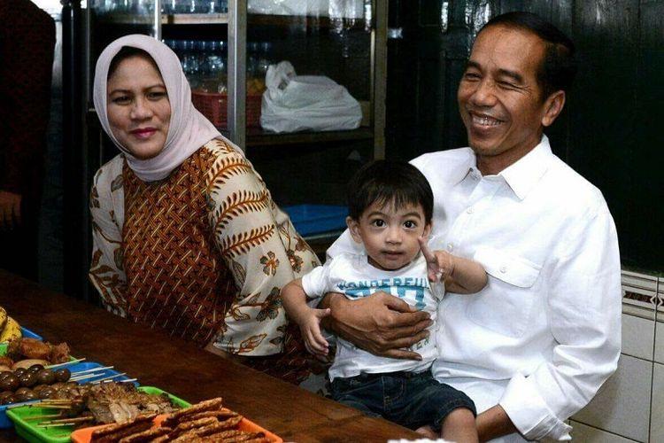 Jokowi makan soto gading bersama istri dan cucunya, Jan Ethes di Solo, Jumat (30/3/2018)