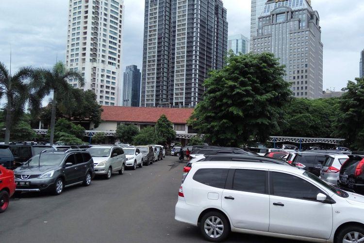Kondisi lahan parkir di Mapolda Metro Jaya, Rabu (13/12/2017).