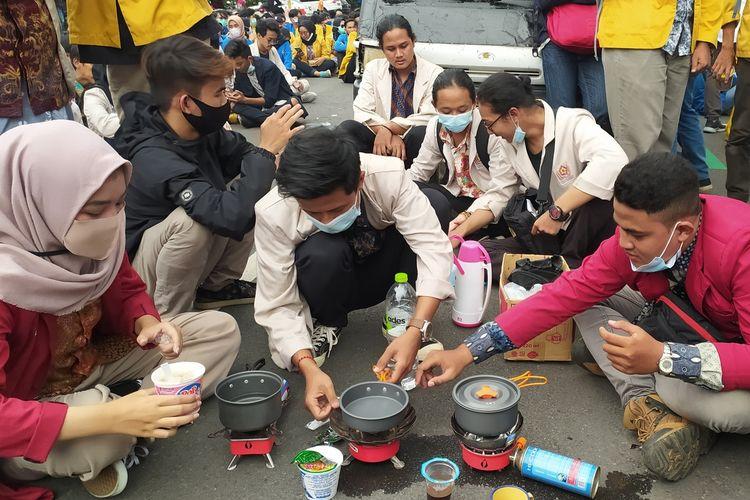 Demo masak di tengah aksi menolak omnibus law UU Cipta Kerja di Alun-alun Purwokerto, Kabupaten Banyumas, Jawa Tengah, Selasa (27/10/2020).