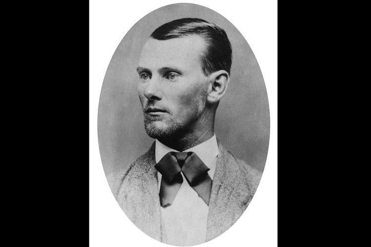 Jesse Woodson James yang dikenal sebagai pemimpin kelompok bandit Geng James-Younger telah banyak melancarkan aksi perampokan dengan sasaran bank hingga kereta api sekitar abad ke-19.