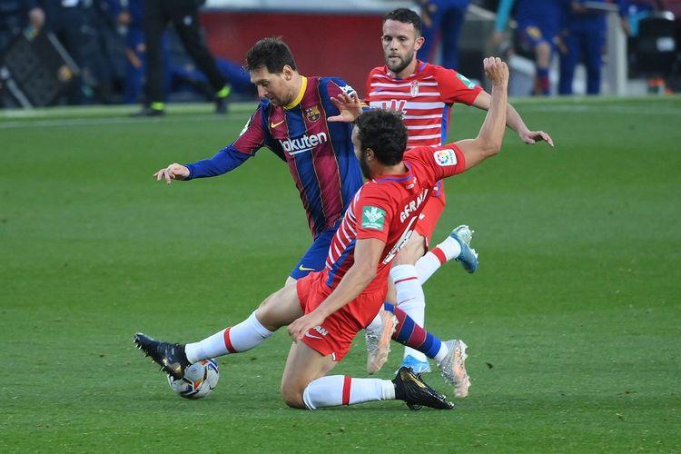 Megabintang Barcelona, Lionel Messi, mendapat hadangan dari bek Granada pada laga tunda pekan ke-33 Liga Spanyol di Stadion Camp Nou, Jumat (30/4/2021) dini hari WIB.