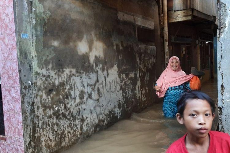 Kondisi banjir di kawasan Kebon Pala Tanah Rendah, Kelurahan Kampung Melayu, Kecamatan Jatinegara, Jakarta Timur, Minggu (21/2/2021).