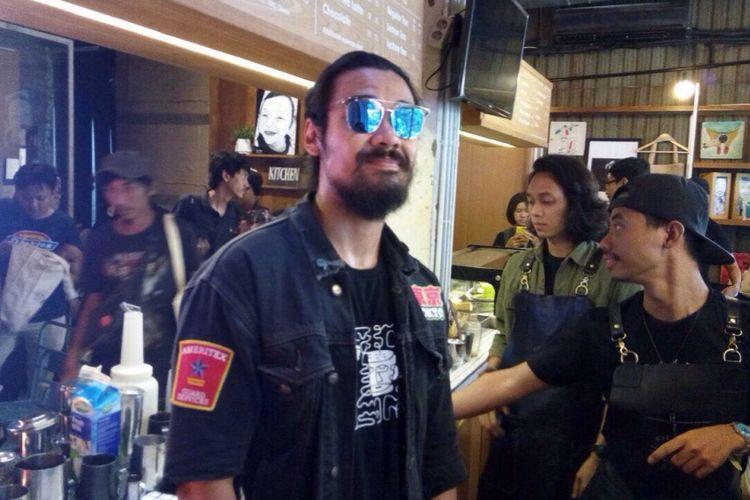 Chicco Jerikho berpose di Kedai Kopi Filosofi Kopi, Blok M, Jakarta Selatan, Kamis (23/11/2017).
