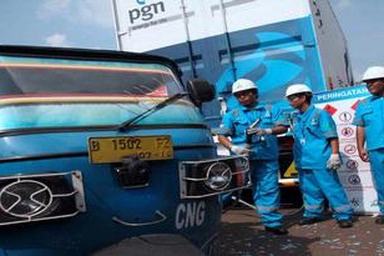 Petugas bersiap mengisi bahan bakar gas ke armada bajaj dari Mobile Refueling Unit (MRU) yang diresmikan penggunaannya oleh  Dirut Perusahaan Gas Negara (PGN), Hendi Prio Santoso