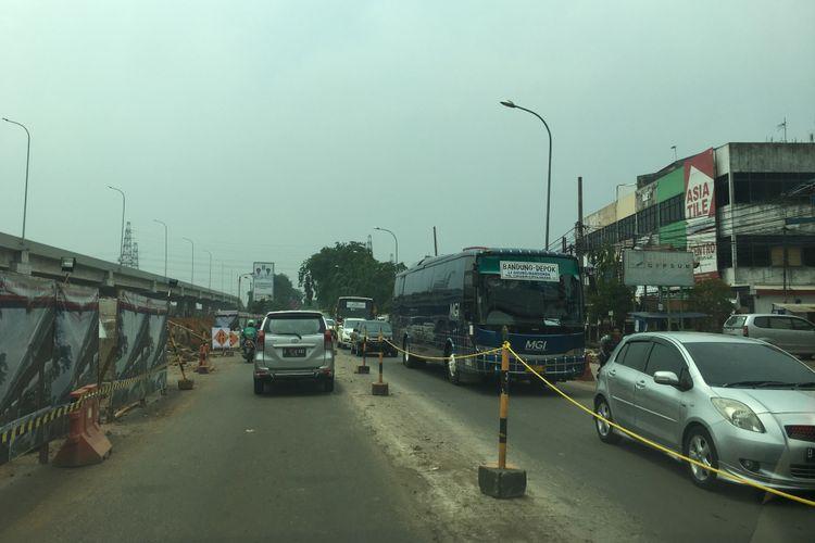 Jalan KH Noer Ali atau Kalimalang Bekasi nampak padat imbas jalan Tol Jakarta-Cikampek dan JORR macet yang disebabkan insiden crane jatuh di tol, Bekasi, Kamis (16/11/2017).