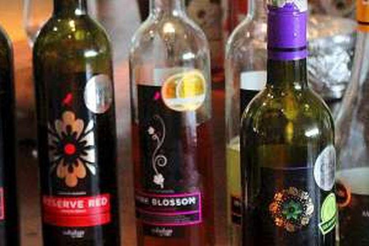 PT Sababay Industry, perusahaan wine di Blahbatuh, Kabupaten Gianyar, Bali, mengolah anggur dari petani anggur di Buleleng menjadi enam jenis wine pilihan, yakni Ludisia, Pink Blossom, Black Velvet, White Velvet, Reserve Bed, dan Moscato d'Bali seperti difoto pada Sabtu (11/6/2016). Wine lokal berkelas mengangkat derajat anggur dari Buleleng.