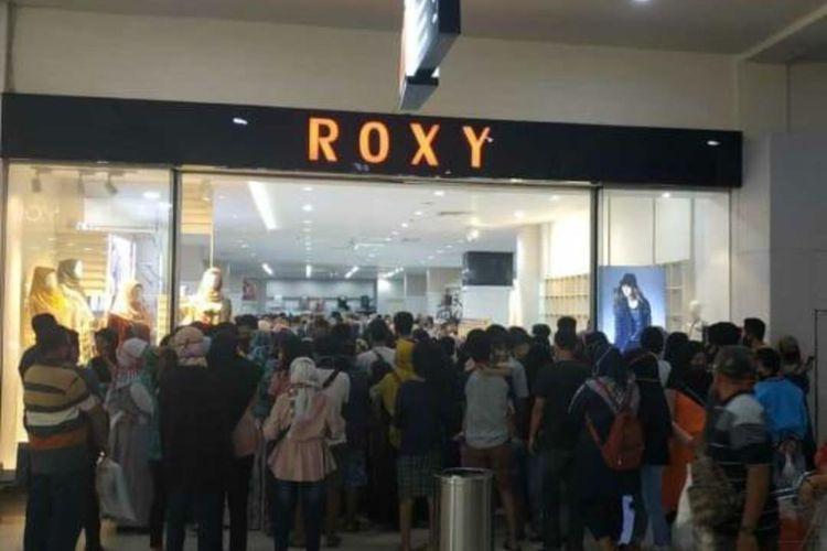 Pusat belanja roxy mall di Kecamatan Kaliwates yang ramai dikunjungi oleh masyarakat pada hari libur
