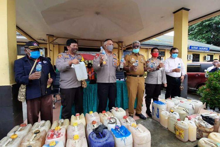 Kapolda Papua Irjen Pol Paulus Waterpauw dan Wabup Mimika Johannes Rettob ketika memimpin pemusnahan miras lokal di Mapolres Mimika, Senin (22/6/2020).