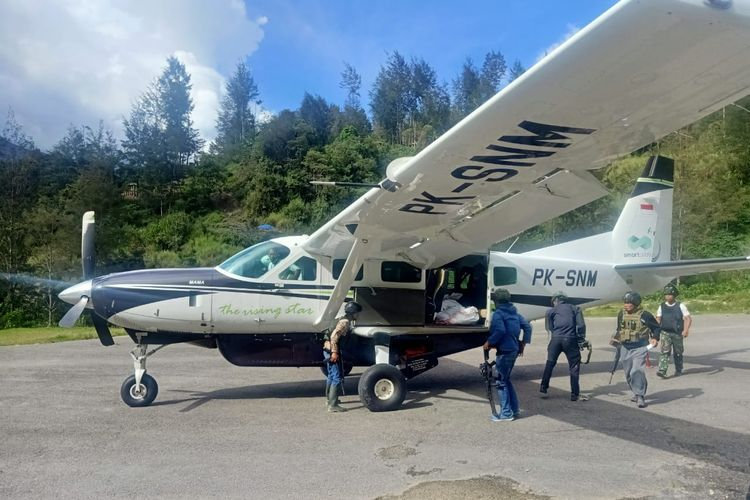 Suasana evakuasi warga luar daerah di Lapangan Terbang Beoga, Rabu (14/4/2021).