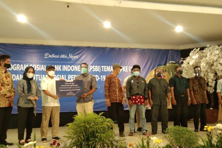 Kepala Perwakilan Bank Indonesia Provinsi Jawa Barat Herawanto didampingi Anggota Komisi XI DPR RI Vera Febiati menyerahkan bantuan kepada kelompok tani di RM Lebak Sari Indah, Karawang, Sabtu (5/12/2020).