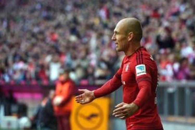 Pemain sayap Bayern Muenchen, Arjen Robben, merayakan golnya ke gawang Koln pada lanjutan Bundesliga di Stadion Allianz Arena, Sabtu (24/10/2015).