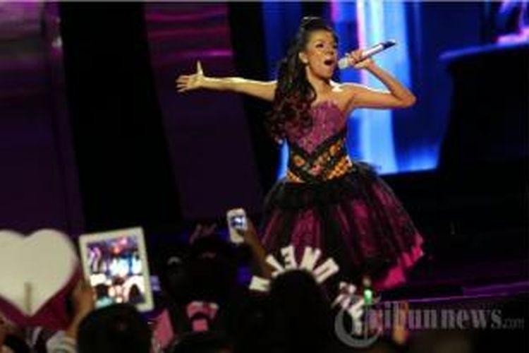 Grand finalis Indonesian Idol 2014, Nowela Elizabeth. Gambar diambil pada Jumat (16/5/2014) malam.
