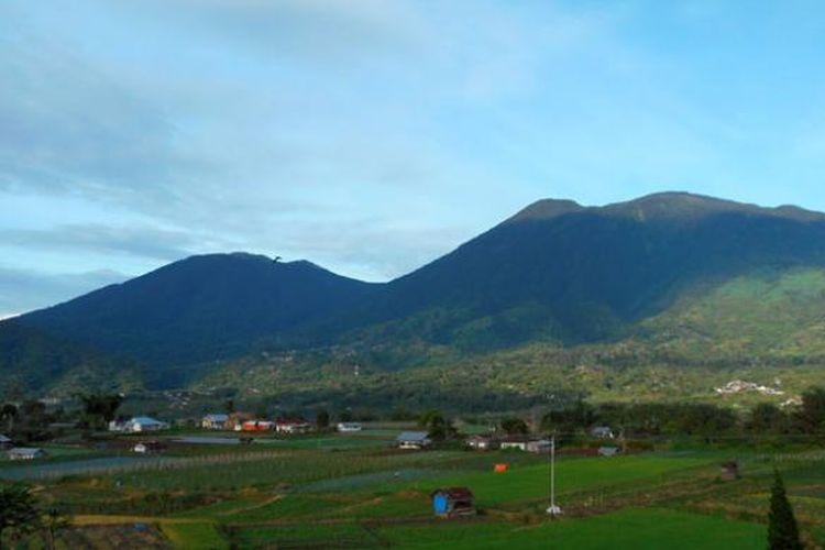 Gunung Singgalang melingkungi Rumah Puisi, selain juga Gunung Marapi.