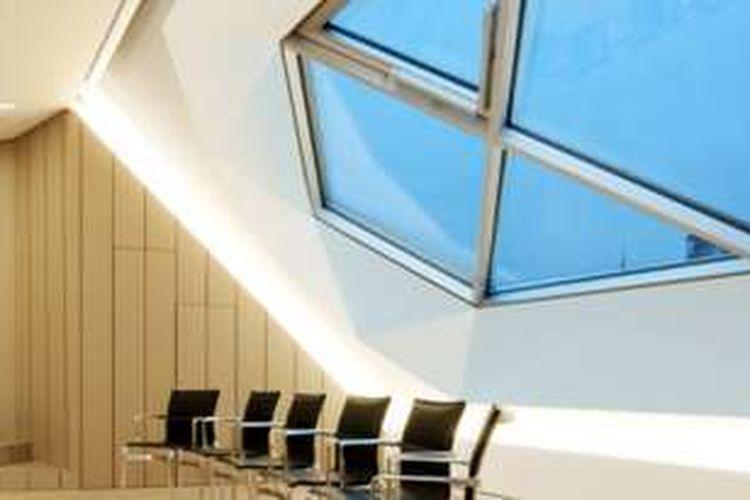 Drywall sangat berbeda dengan dinding konvensional pada umumnya yang menggunakan batu bata, campuran semen, pasir, dan air.