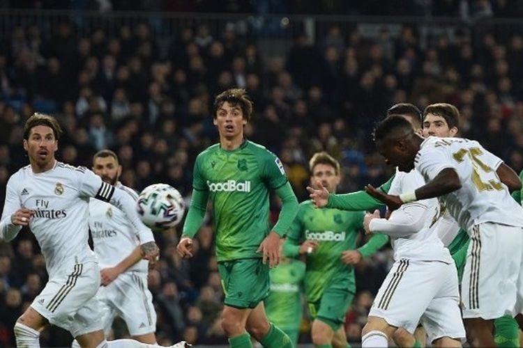 Proses gol Vinicius Junior yang akhirnya dianulir setelah wasit mengecek VAR pada laga perempat final Copa del Rey antara Real Madrid vs Real Sociedad di Stadion Santiago Bernabeu, Jumat (7/2/2020) dini hari WIB.
