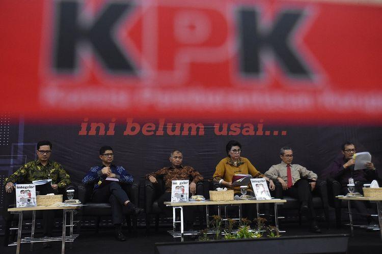 Ketua KPK Agus Rahardjo (ketiga kiri) didampingi Wakil Ketua Basaria Panjaitan (ketiga kanan), Alexander Marwata (kedua kanan), Saut Situmorang (kanan), Laode M. Syarif (kedua kiri), dan Juru Bicara Febri Diansyah (kiri) menyampaikan laporan kinerja KPK periode 2016-2019 di Gedung KPK, Jakarta, Selasa (17/12/2019). Sebanyak 608 koruptor dari berbagai unsur dan enam korporasi telah dijerat KPK selama 2016-2019. ANTARA FOTO/Indrianto Eko Suwarso/aww.