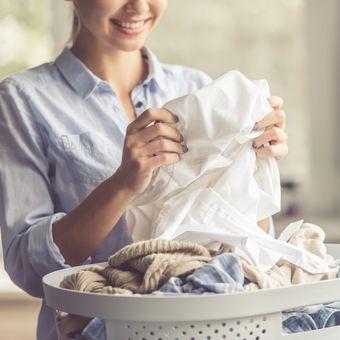 Ilustrasi mencuci pakaian putih.