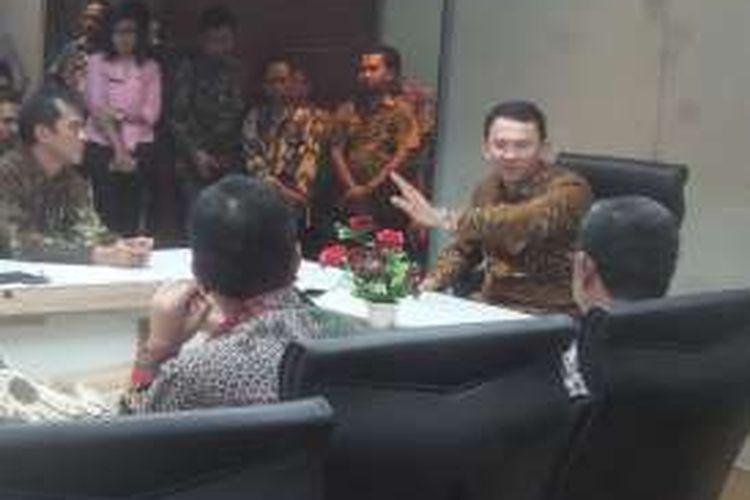 Gubernur DKI Jakarta Basuki Tjahaja Purnama saat menggelar rapat dengan sejumlah pejabat di Balai Kota, Jumat (22/4/2016). Rapat membahas mengenai genangan yang kemarin muncul di Pademangan dan Gunung Sahari.