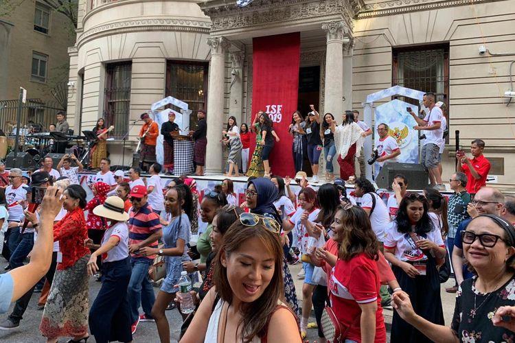 New Yorker asyik menari Poco poco di Indonesian Street Festival (ISF) di New York.