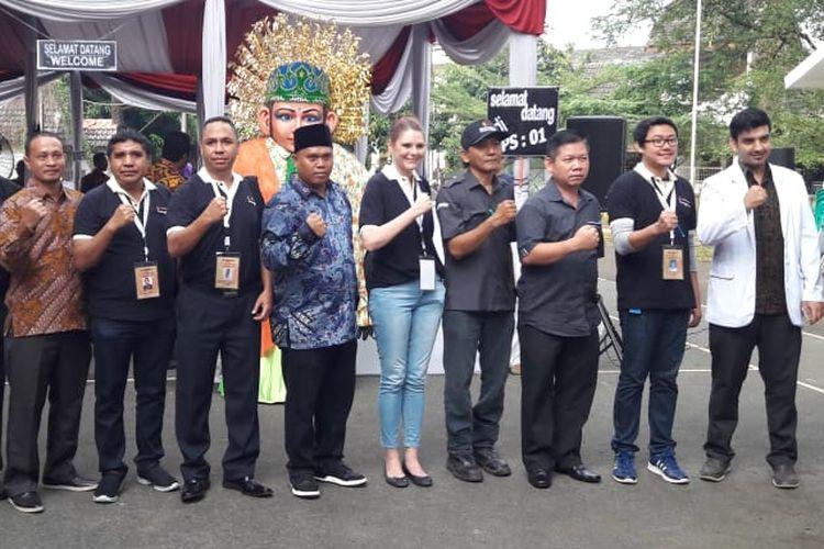 Warga Negara Asing yang memantau jalannya Pemilu foto bersama panitia TPS 01, Pekayon Jaya, Kota Bekasi Rabu (27/06/2018)