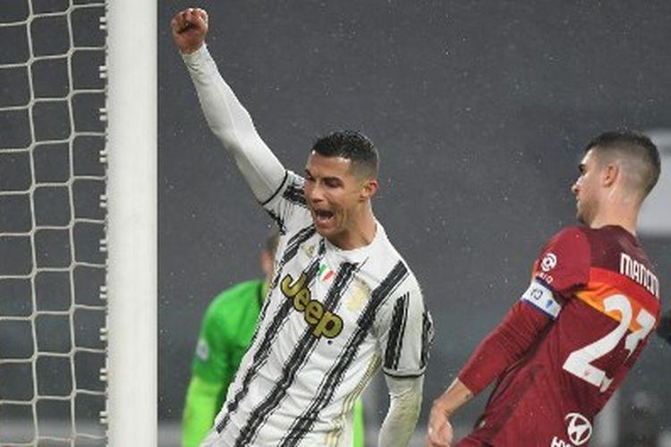 Cristiano Ronaldo (kiri) merayakan gol pada laga pekan ke-21 Liga Italia yang mempertemukan Juventus vs AS Roma di Stadion Allians, Sabtu (6/2/2021).