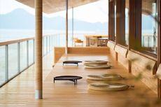 Menikmati Interior Kayu Hotel Terapung di Jepang