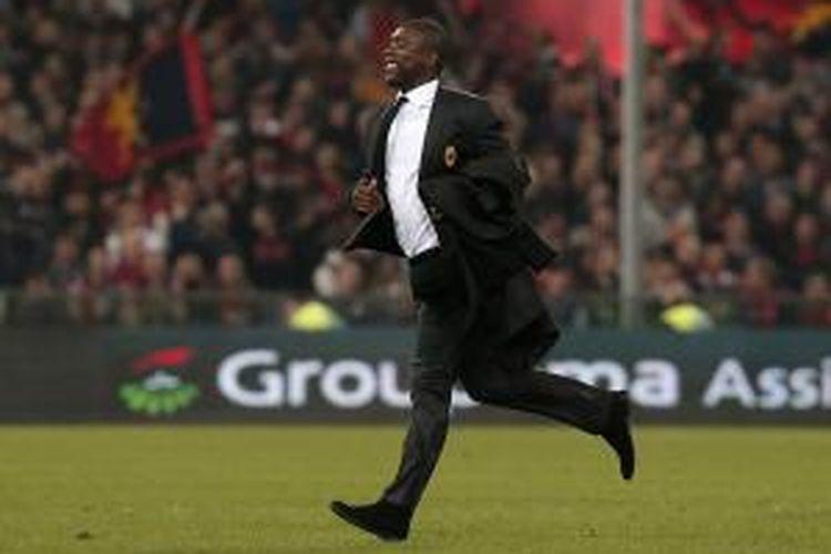 Pelatih AC Milan Clarence Seedorf merayakan keberhasilan timnya menang 2-1 atas Genoa, pada laga Serie-A, di Luigi Ferraris, Senin (8/4/2014).