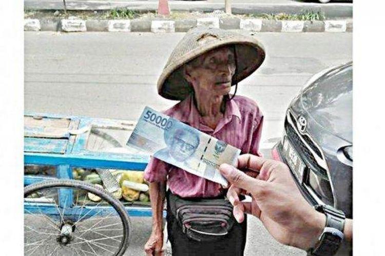 Warga menunjukkan uang yang didapatkan kakek renta penjual buah lotis Trisno Suwito (91) setelah ditipu pembeli dengan uang palsu sebesar Rp 150 ribu di kawasan Jalan Kalilarangan, Kelurahan Jayengan, Kecamatan Serengan, Solo, Selasa (25/2/2020)