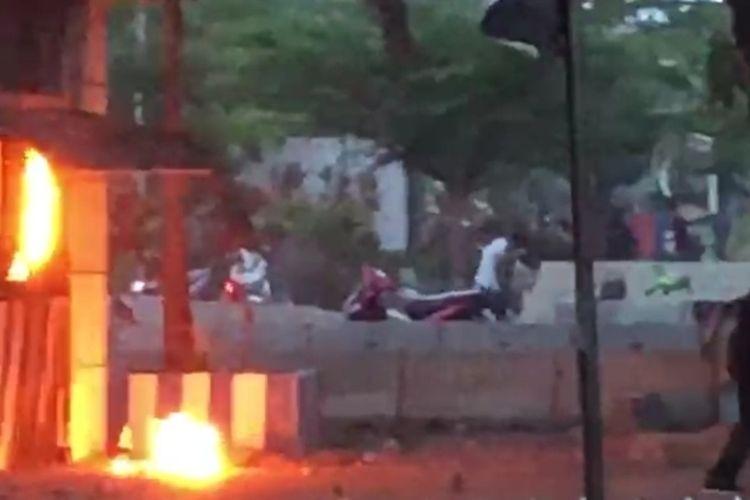 Pos polisi lalu lintas di Jalan Urip Sumoharjo, Makassar saat dilempari bom molotov oleh orang tak dikenal, Kamis (8/10/2020).