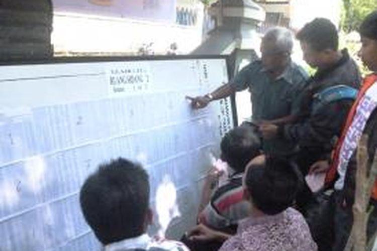 Caption:  Sejumlah pelanggar tonase mencari informasi ruang sidang di PN Kabupaten Semarang, Rabu   (21/5/2014) siang.