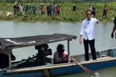 Saat Jokowi Naik Perahu Nelayan Seberangi Sungai untuk Sapa Warga Cilacap