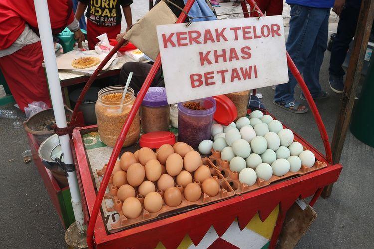 Kuliner khas Betawi yaitu kerak telor, ikut meramaikan bazar Gelar Seni Budaya Kampung Silat Rawa Belong, Jakarta, Sabtu (12/10/2019).