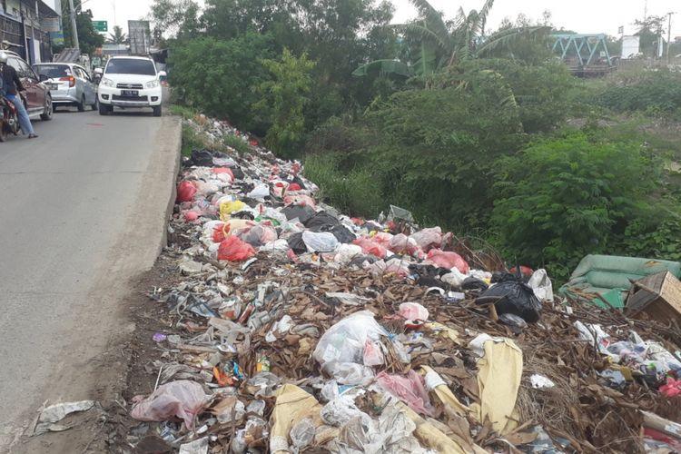 Tampak sampah menumpuk di pinggir jalan Karang Satria, Kecamatan Tambun Utara, Kabupaten Bekasi, Kamis (29/11/2018).