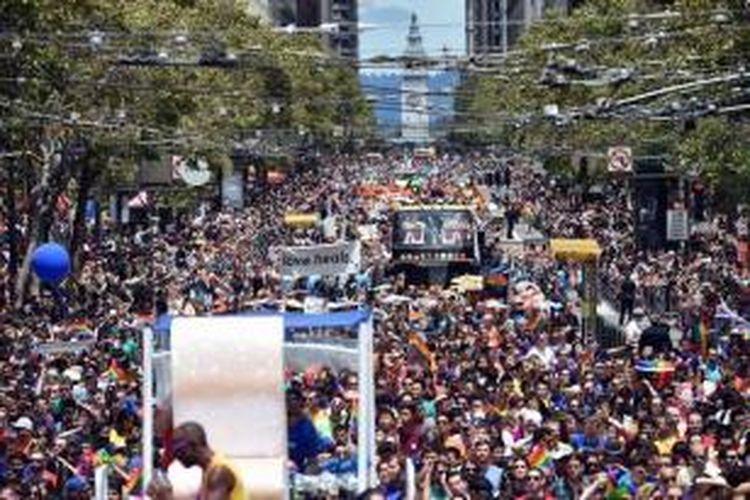 Ribuan orang memenuhi Market Street saat mengikuti Gay Pride Parade di San Francisco, California, 28 Juni 2015, dua hari setelah Mahkamah Agung (MA) Amerika Serikat melegalkan pernikahan sesama jenis di 50 negara bagian.