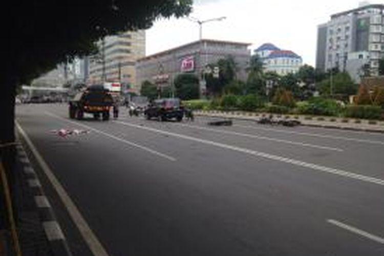 Mobil polisi tampak terparkir di dekat Djakarta Theatre.