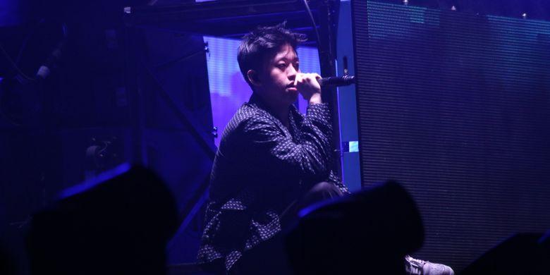 Aksi Rich Chigga membuat penonton larut dalam kemeriahan saat acara Djakarta Warehouse Project 2017 di JI Expo, Kemayoran, Jakarta, Sabtu (16/12/2017). Mengganti nama panggungnya menjadi Rich Brian, ia merilis album perdananya, Amen, di Amerika Serikat.