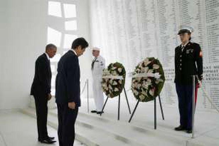 Perdana Menteri Jepang Shinzo Abe dan Presiden Amerika Serikat Barack Obama memberi penghormatan kepada korban serangan Jepang atas pangkalan perang AS di Pearl Harbor, Selasa (27/12/2016).