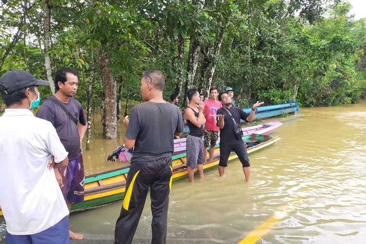 Banjir dengan kedalaman lebih dari 1 meter merendam sejumlah kecamatan di Kabupaten Bengkayang, Kalimantan Barat (Kalbar). Banjir terjadi akibat hujan deras yang mengguyur sejak Rabu (3/2/2021). Setidaknya ada 3 kecamatan terdampak banjir terparah, yakni Kecamatan Ledo, Kecamatan Sanggau Ledo dan Kecamatan Lumar.