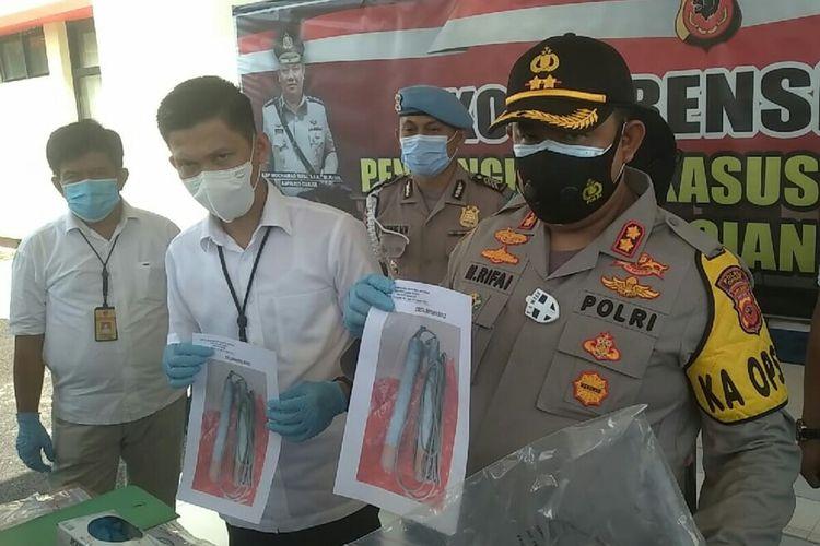 Kapolres Cianjur AKBP Mokhamad Rifai memerlihatkan bentuk bahan peledak yang dirakit S alias BA, seorang pekerja proyek PLTA