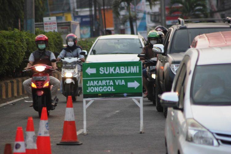 Situasi arus lalu lintas di kawasan bundaran tugu lampu Gentur Pos TMC Cianjur, Jawa Barat, saat pemberlakuan sistem ganjil genap jalur Puncak, Jumat (3/9/2021).