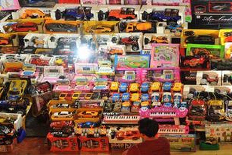 Mainan anak yang sebagian besar produk impor dari Cina dijual di Blok M Square, Jakarta, Selasa (16/10/2012).