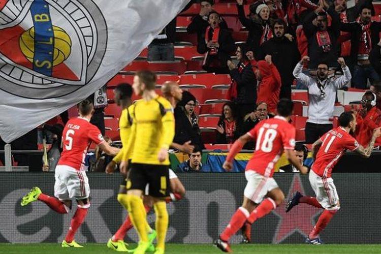 Penyerang Benfica asal Yunani, Konstantinos Mitroglou (kanan), melakukan selebrasi setelah mencetak gol ke gawang Borussia Dortmund dalam pertandingan leg pertama babak 16 besar Liga Champions di Stadion Luz, Lisbon, Selasa (14/2/2017).