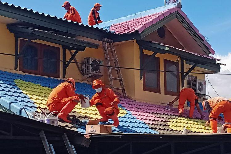 Sebanyak 168 genteng rumah di Kelurahan Lenteng Agung, Jagakarsa, Jakarta Selatan dicat warna-warni.
