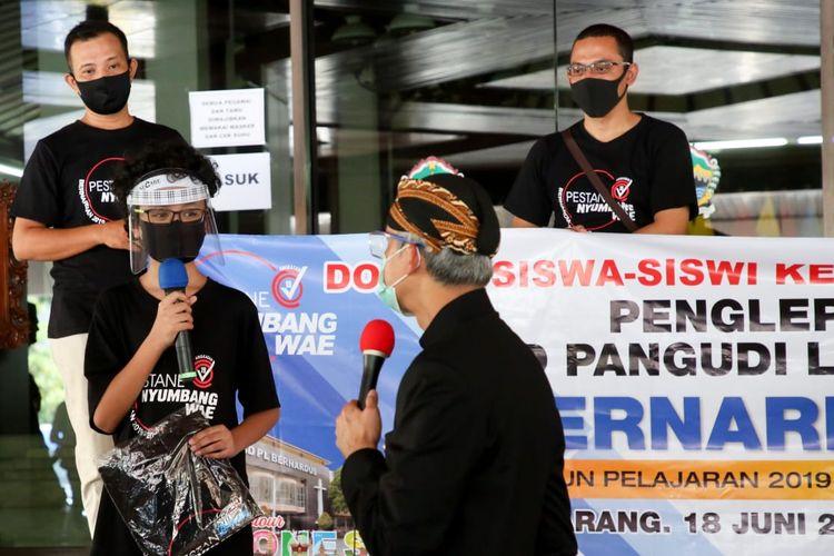 Siswa SD Pangudi Luhur Bernadus Semarang merayakan kelulusan sekolah dengan mendonasikan bantuan untuk warga terdampak Covid-19.