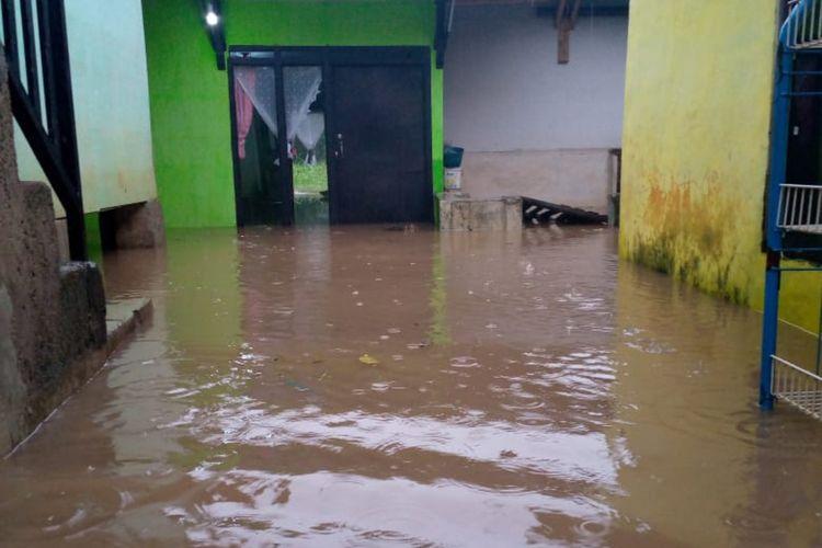 Salah seorang warga Desa Cipacing, Jatinangor, Sumedang foto selfie di tengah banjir di wilayahnya, Senin (17/2/2020) sore. Dok. Warga/KOMPAS.com