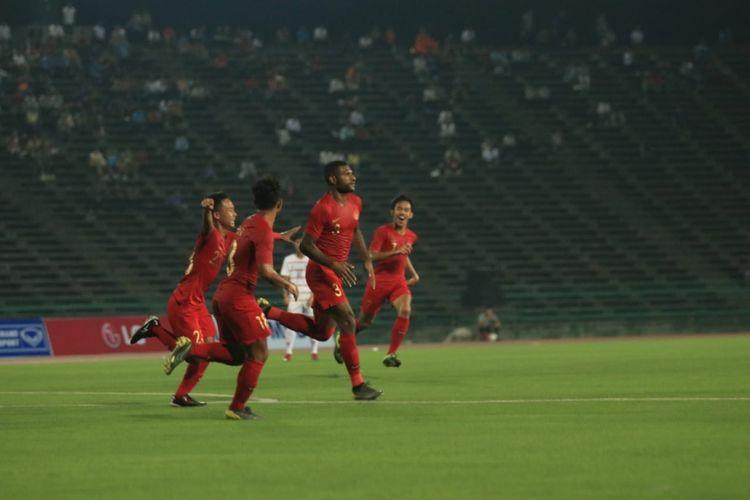 Striker timnas u-22 Indonesia, Marinus Wanewar (kiri) saat melakukan selebrasi gol ke gawang Kamboja pada laga pamungkas Grup B Piala AFF U-22 2019 di Stadion Nasional, Phnom Penh, Jumat (22/02/2019).