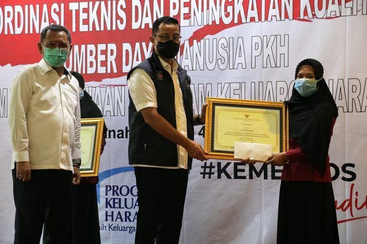 Menteri Sosial Juliari P Batubara didampingi Dirjen Perlindungan dan Jaminan Sosial Pepen Nazarudin memberikan penghargaan kepada SDM PKH yang berprestasi dalam ?Rapat Koordinasi Teknis Peningkatan Kualitas Sumber Daya Manusia Program Keluarga Harapan? di Kabupten Tanah Bumbu, Kalimantan Selatan, Jumat (4/12/2020).