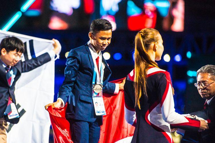 Salah satu perwakilan Indonesia, Rizky Muhammad saat menerima medali sebagai peringkat 2 dunia di bidang IT Network Systems Administration pada ajang WSC 2019 Kazan. (Dok. Kemendikbud)