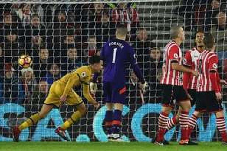 Dele Alli merayakan gol Tottenham ke gawang Southampton, sementara Virgil van Dijk dkk tampak kecewa karena kemasukan pada laga Premier League di St. Mary's, Rabu (28/12/2016).