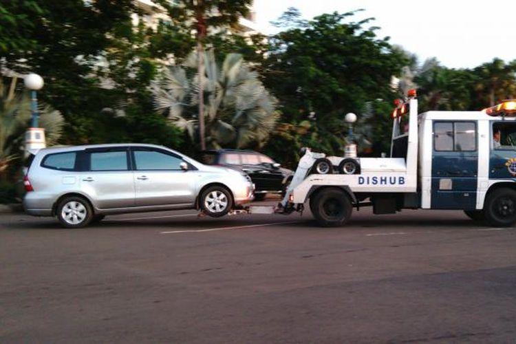 Ilustrasi, Sebuah mobil diderek oleh petugas Dishub DKI.
